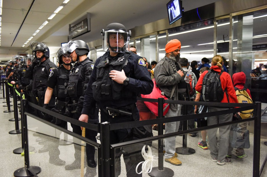 Des voyageurs dans l'un des terminaux de l'aéroport... (PHOTO REUTERS)
