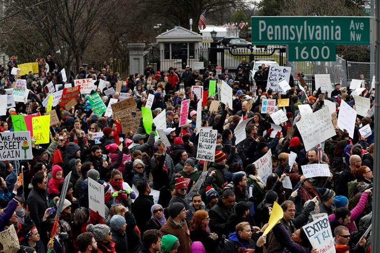 De nombreux manifestants arboraient des reproductions de la... (PHOTO REUTERS)