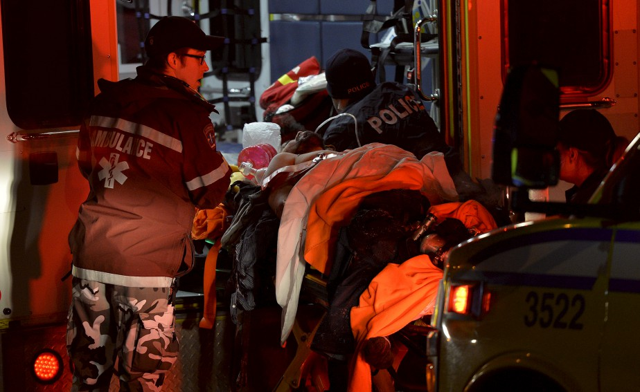 Les secours sont rapidement arrivés sur place pour évacuer les personnes atteintes par les coups de feu. (Le Soleil, Pascal Ratthé)