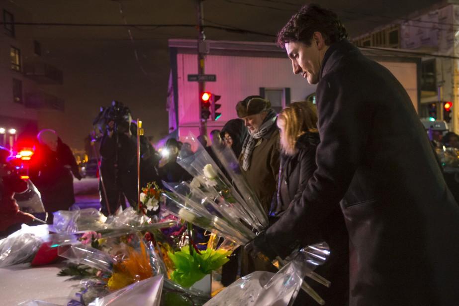 Justin Trudeau dépose des fleurs lors de la vigile pour les victimes de dimanche. (PHOTO OLIVIER JEAN, LA PRESSE)