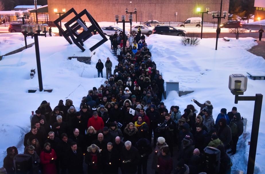 La vigile qui s'est déroulée en fin de journée sur le campus de l'UQTR a attiré près de 200personnes. (François Gervais, Le Nouvelliste)