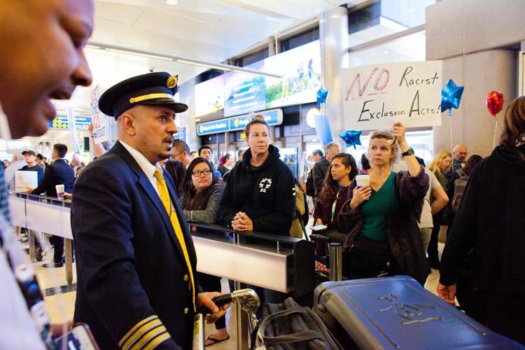 Des manifestations ont eu lieu dans plusieurs aéroports... (PHOTO AFP)