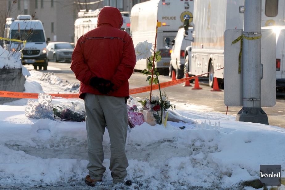 Des fleurs ont été déposées pour les victimes... (Photothèque Le Soleil)