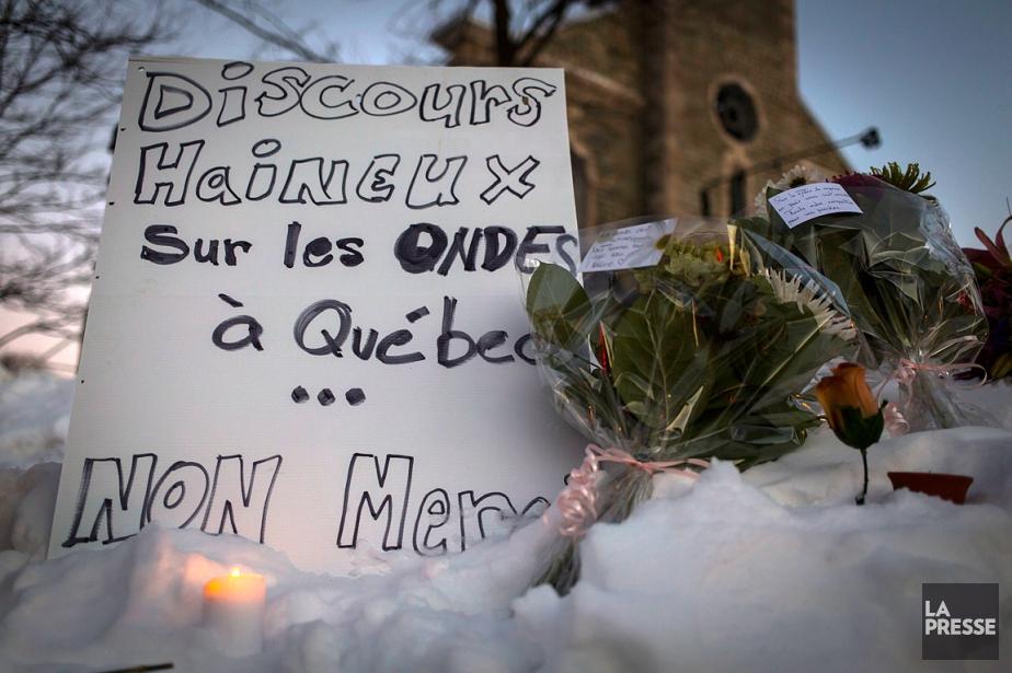 De nombreuses personnes ont rendu hommage lundi soir... (PHOTO OLIVIER JEAN, LA PRESSE)