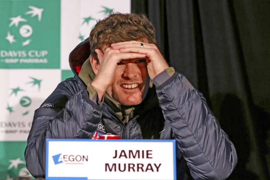 Jamie Murray est aveuglé par l'éclairage lors du point de...   2017-02-01 00:00:00.000