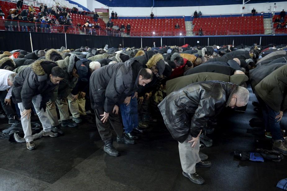 Les citoyens se sont rendus en grand nombre à la cérémonie funéraire tenue à l'aréna Maurice-Richard, dans l'est de Montréal, jeudi. (La Presse Canadienne, Paul Chiasson)