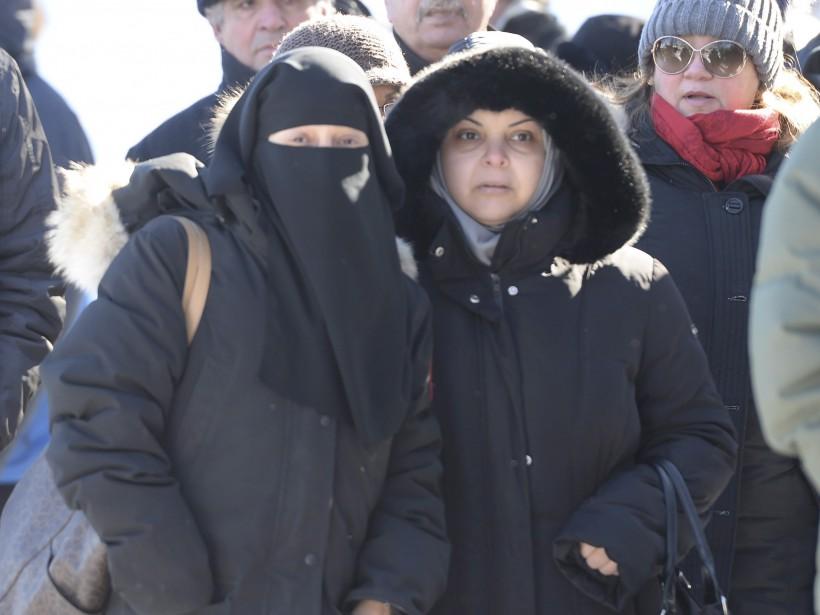 Deux femmes arrivent à l'aréna Maurice-Richard, pour une cérémonie funéraire, jeudi. (La Presse Canadienne, Ryan Remiorz)