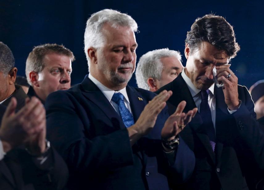 Les premiers ministres Philippe Couillard et Justin Trudeau sont apparus très émus durant le service funéraire. (AFP, Chris Wattie)