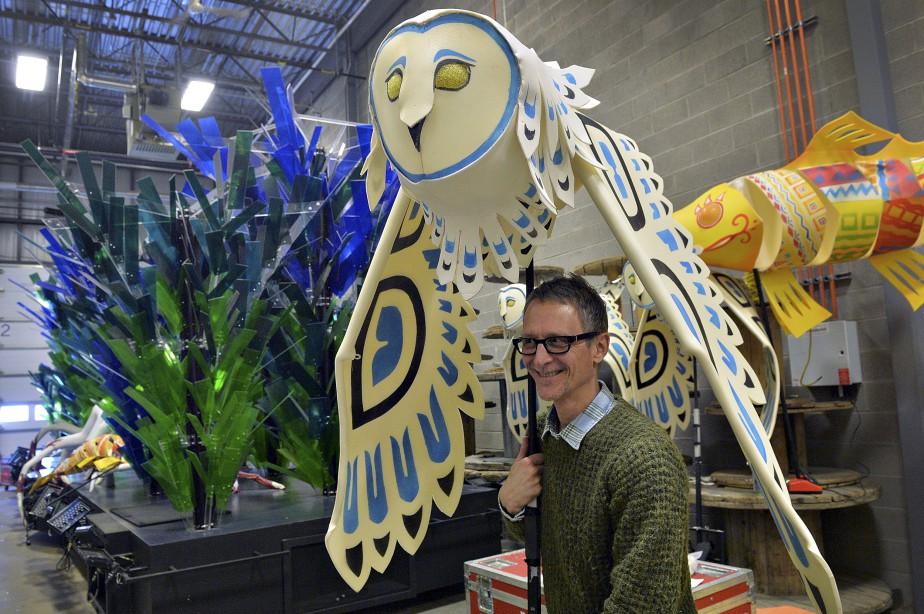 Le concepteur du défilé du Carnaval, Ghislain Turcotte, montre l'une des chouettes qui seront ajoutées au «tableau des vents». (Le Soleil, Patrice Laroche)