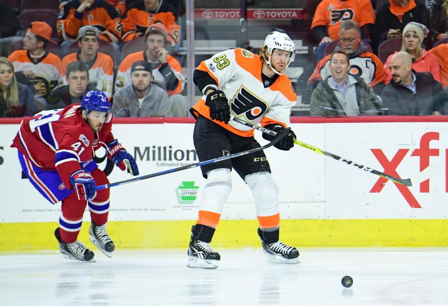 Jakub Voracek passe la rondelle à un coéquipier, lui qui est surveillé par Paul Byron. (Photo Eric Hartline, USA Today Sports)