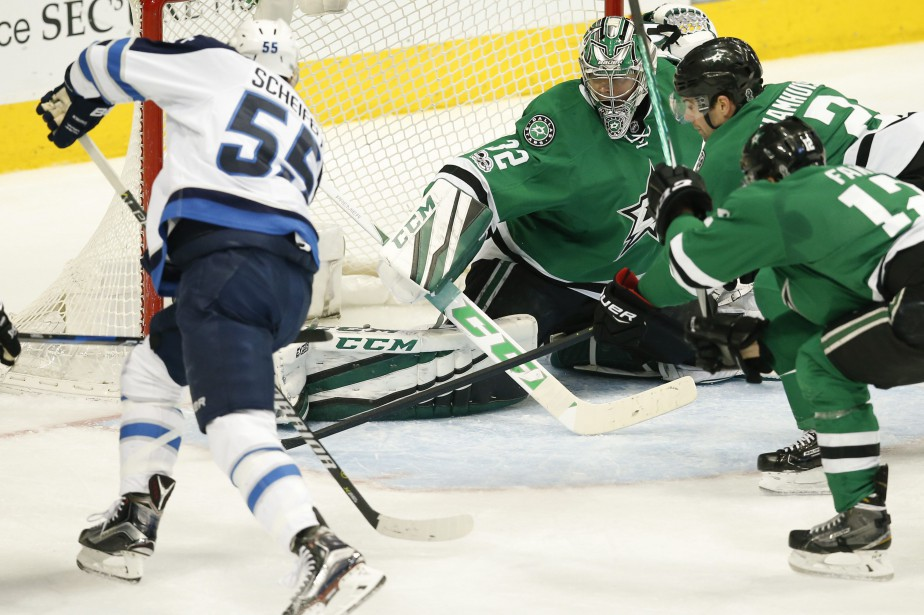 Mark Scheifele a compté deux buts hier contre... (Photo Jim Cowsert, Associated Press)
