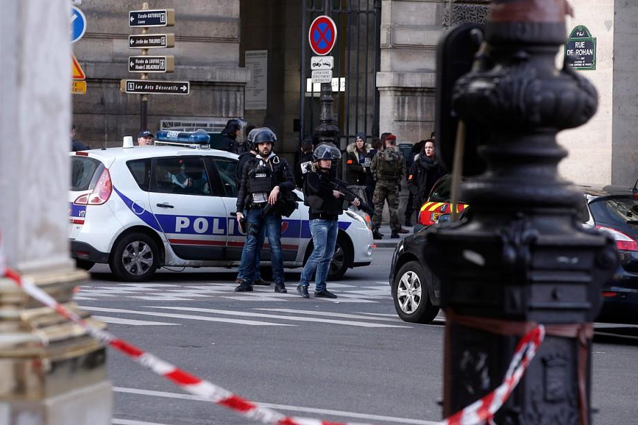 Des policiers surveillent l'entrée du musée du Louvre après l'attaque contre un militaire, le 3février, à Paris. (PHOTO THIBAULT CAMUS, AP)