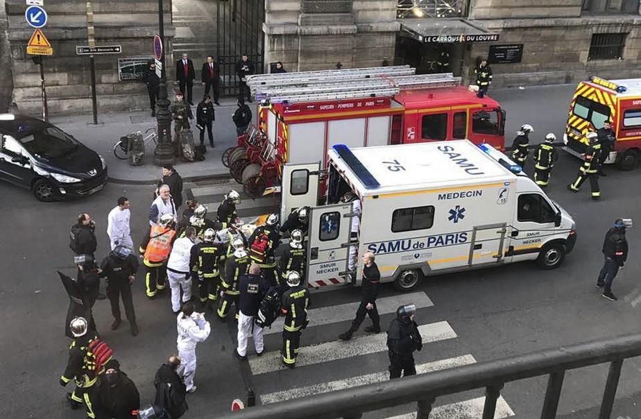 Une personne non identifiée est sur le point d'être transportée à l'hôpital par ambulance. (Photo AP/fournie par Sheng Zihao)