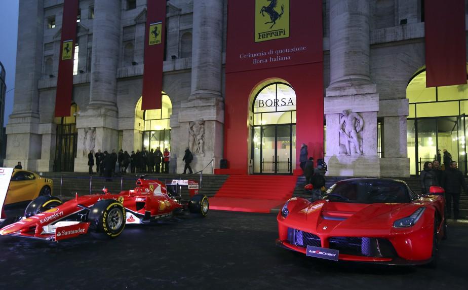 Une Ferrari de Formule 1 et une LaFerrari sationnées devant la Bourse de Milan le 4 janvier 2016, lors du lancement en Bourse de Ferrari. C'est à cette date que Ferrari est devenue une compagnie indépendante de Fiat Chrysler. La famille Agnelli, fondatrice de Fiat, est le plus important actionnaire de Ferrari. (REUTERS)
