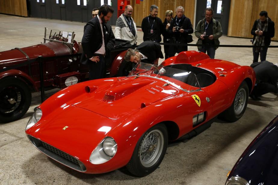 Des visiteurs examinent une Ferrari 335 Sport Scaglietti 1957 à la Rétromobile de Paris de l'an dernier. Elle a été adjugée à plus de 32 millions d'euros quelques jours plus tard à la maison d'enchères Artcurial de Paris. (REUTERS)