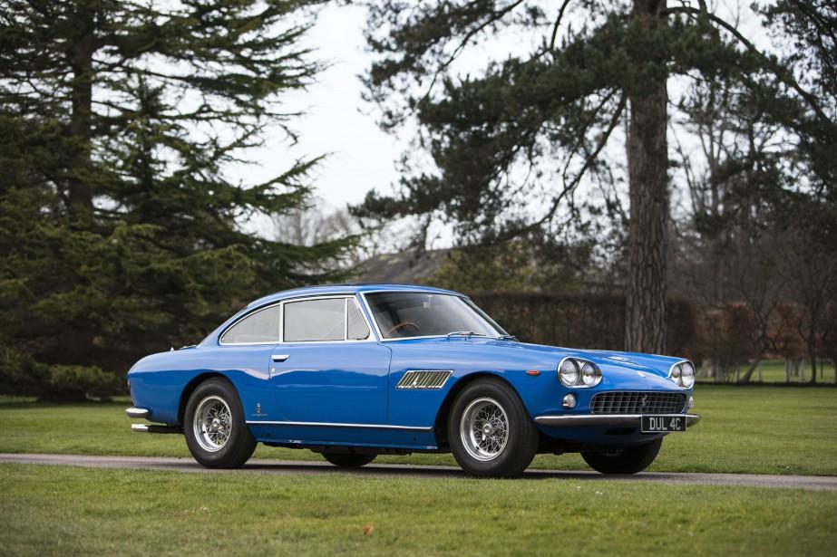 Ce coupé Ferrari 330 GT fut la première voiture de John Lennon. Elle fut adjugée 359 000 livres sterling en juillet 2013 lors d'un encan RM Auctions en marge du Goodwood Festival of Speed. Le Beatle l'a achetée en 1965, quelques jours après avoir obtenu son permis de conduire et a mis 20 000 milles au compteur avant de la vendre en 1967. (REUTERS)