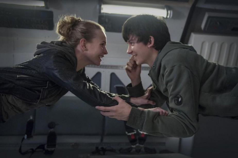 Britt Robertson et Asa Butterfield dans The Space... (Photo fournie par STX-Entertainment)