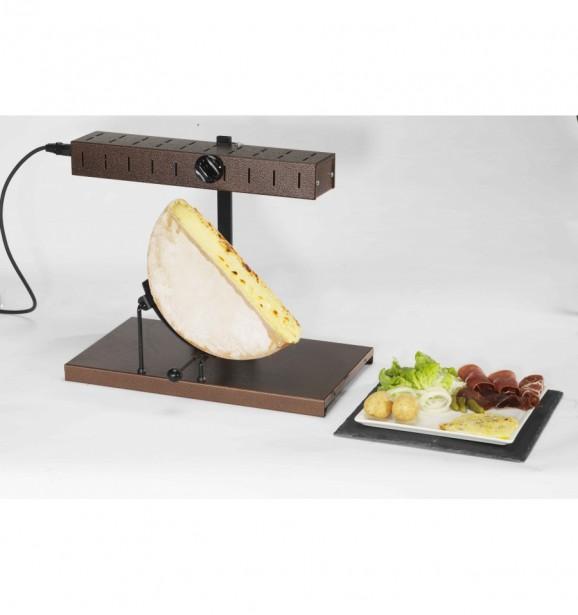 Gril à raclette L'Alpage de Bron Coucke, pour déguster la raclette dans la plus pure tradition suisse. Le fromage est présenté à une source de chaleur, qui le fait fondre. La partie fondue est raclée dans l'assiette du mangeur à l'aide d'un couteau de grande taille. Une fois le fromage fondu dans l'assiette, on peut le consommer tel quel. Cependant il est plutôt d'usage de l'accompagner de pommes de terre bouillies de viandes séchées et de légumes au vinaigre (cornichons, oignons). ()