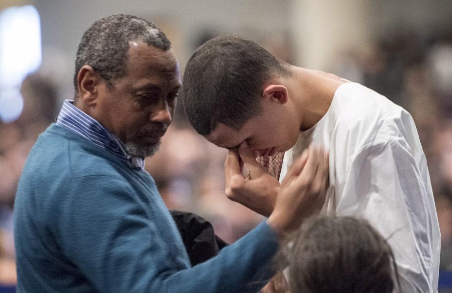 Ilies Soufiane, 15 ans, le fils d'une des victimes, Azzeddine Soufiane, est réconforté par un proche, pendant la cérémonie. | 3 février 2017
