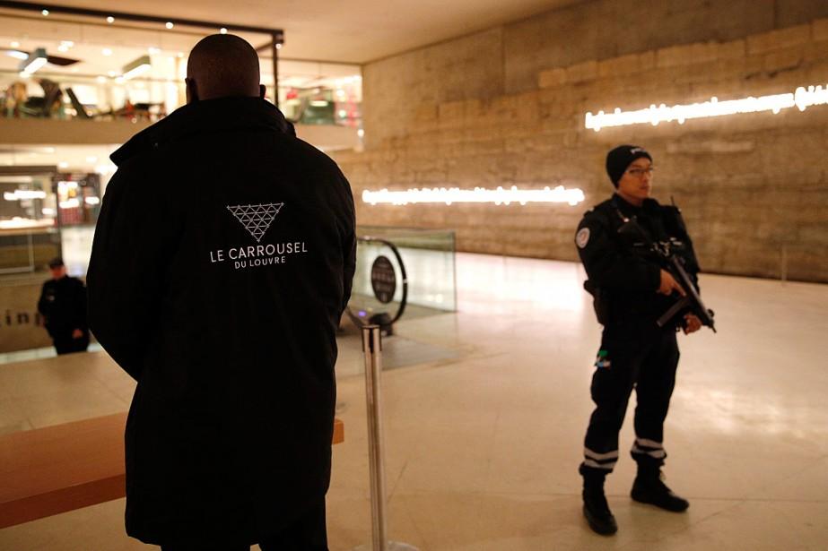 Un policier et un agent de sécurité surveillent... (Photo Christophe Ena, AP)