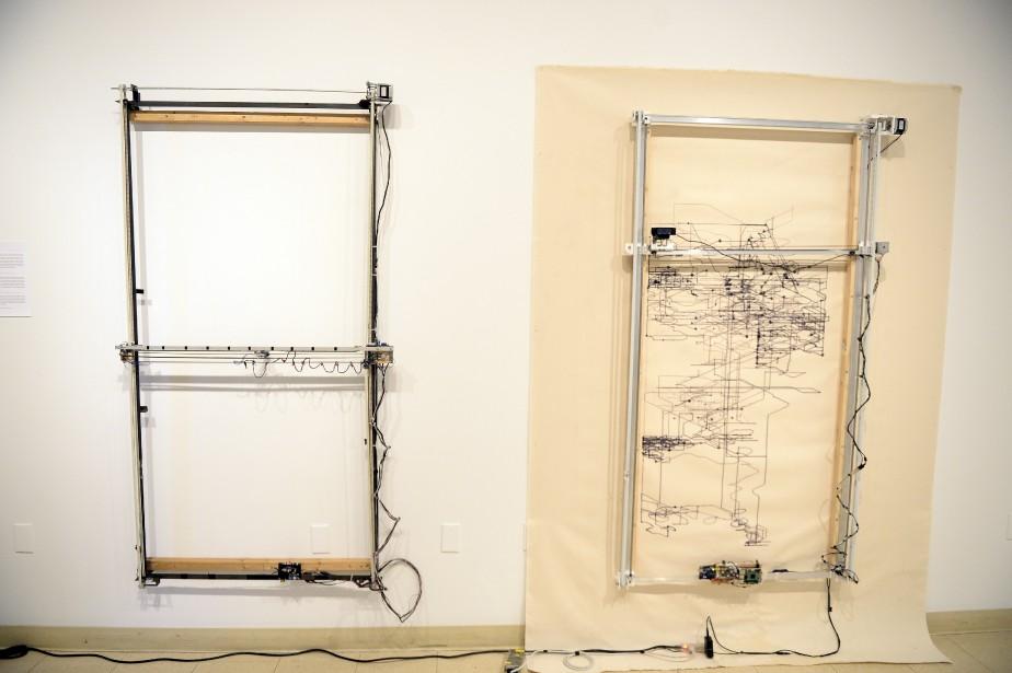 Machine de l'ordre est le dispositif utilisé par l'artiste Paolo Almario pour déconstruire les portraits qu'il réalise à l'aide de petites photos. Maquina #2 est la version améliorée de la machine qu'il a réalisée en bénéficiant de l'expérience de l'artiste Yves Tremblay. (Photo Le Progrès-Dimanche, Jeannot Lévesque)