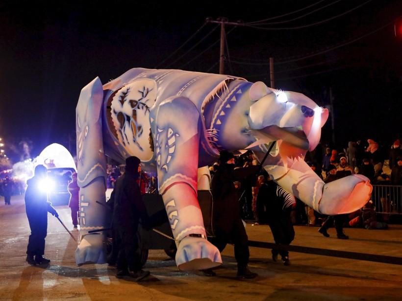 Un ours géant aux yeux illuminés arborait sur son corps des images nordiques. | 4 février 2017