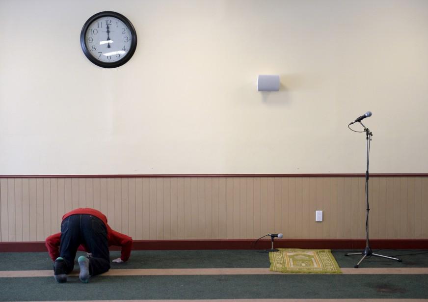 L'ouverture de la Grande Mosquée de Québec, théâtre de la tragédie que l'on connaît, a donné lieu à cette scène inhabituelle d'un musulman venu se recueillir pour la prière du midi, mercredi. On le croirait seul mais, au contraire, l'endroit était bondé de journalistes venus à l'invitation des responsables de la mosquée. Quelques instants plus tard, l'homme éclatait en sanglots...Données techniques : Nikon D4. Focale 58 mm, ISO 1600, ouverture f2.8, vitesse 1/400 e  seconde | 5 février 2017