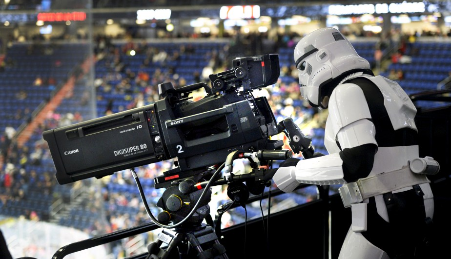 Lors d'un match des Remparts, au Centre Vidéotron, un Stormtrooper sorti tout droit de La guerre des étoiles s'est improvisé caméraman, sous le regard amusé de notre photographe Jean-Marie Villeneuve. La Force a finalement été du côté de la formation locale ce soir-là, Québec l'emportant 2-0 contre Baie-Comeau...Données techniques : Nikon D4. Focale 70mm, ISO 2500, ouverture f3.5, vitesse 1/250 e  seconde | 5 février 2017