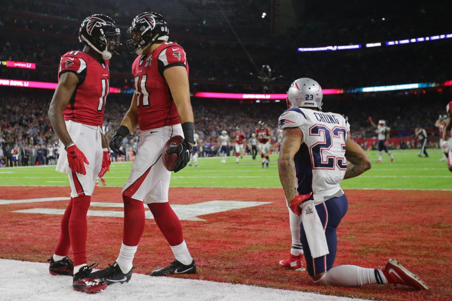Austin Hooper et Julio Jones célèbrent un touché. (REUTERS)