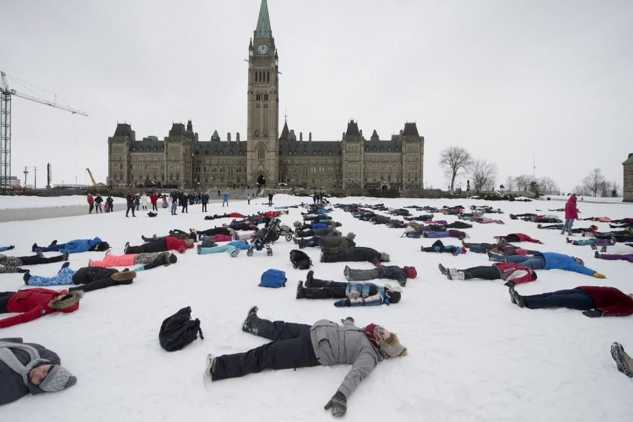 Pendant ce temps, devant le parlement, la Patrouille canadienne de ski tentait (vainement) de battre le record mondial Guinness pour le plus grand nombre de personnes faisant des anges de neige. (Martin Roy, Le Droit)