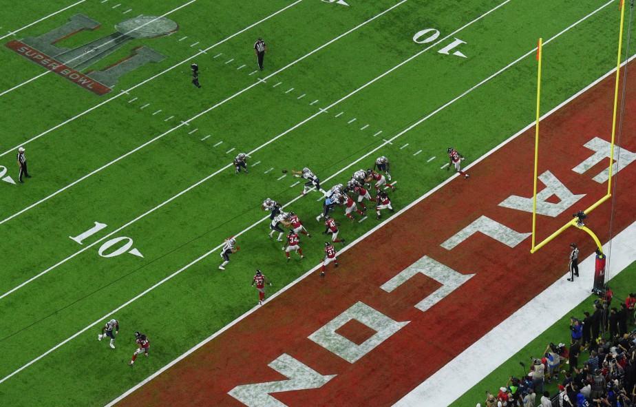 Tom Brady s'apprêtant à lancer la passe décisive à James White, qui allait inscrire le touché de la victoire en prolongation. (REUTERS)