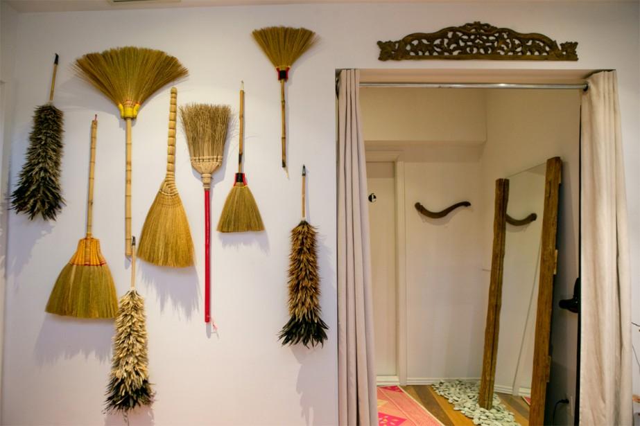 Plumeaux et balais: Non, ils ne sont pas là pour encourager la visite à faire le ménage! Ces balais et plumeaux indonésiens ont une fonction purement décorative, à la Villa Nao. (Photo David Boily, La Presse)