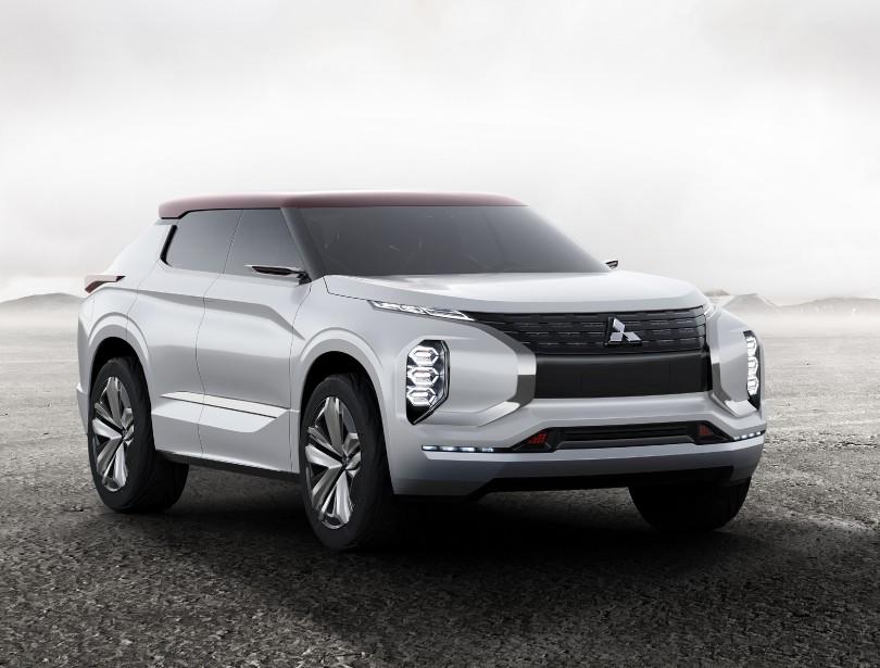 «Bonnes proportions générales, un peu à la manière du Range Rover Evoque. Mais la face est douteuse avec une calandre qui s'étire démesurément dans les coins», dit Luc Bourgeois, qui note que c'est «une tendance chez les voitures japonaises.» Il souligne l'existence d'un conflit hiérarchique entre les différents modules d'éclairage avant, causé par les proportions et la disposition. ()