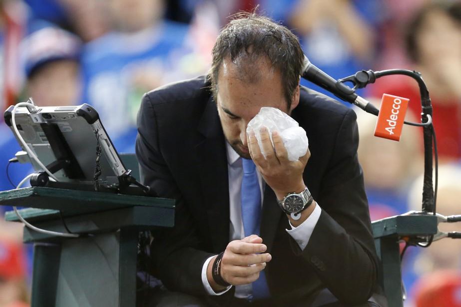L'arbitre Arnaud Gabas aplacé un sac de glace... (Photo Chris Wattie, Reuters)