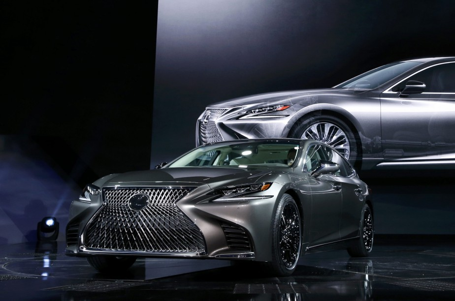 «Lexus avait un côté conservateur, on a voulu transcender ça et être plus audacieux. La direction de design est résolument agressive, mais je ne suis pas persuadé que c'est cohérent avec les aspirations de sa clientèle. C'est agressif au point d'être visuellement dérangeant», ditPascal Boissé à propos de la LS 500.La calandre intégrale en forme de sablier est invasive, cette surface aurait pu être utilisée pour autre chose. (REUTERS)