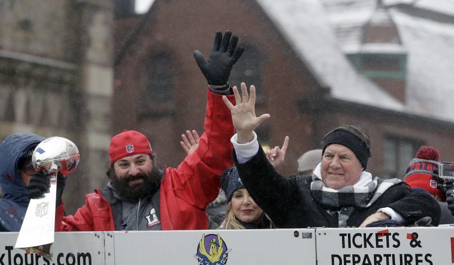 Le coordonnateur défensif des Patriots, Matt Patricia, et l'entraîneur-chef de l'équipe Bill Belichick. (Photo Steven Senne, AP)