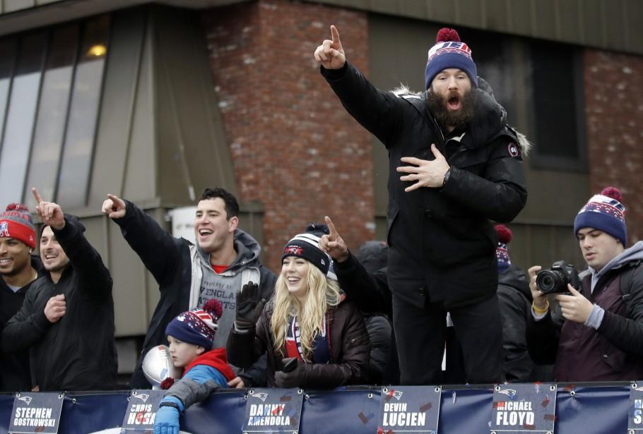 L'auteur d'un attrapé spectaculaire au Super Bowl, Julian Edelman (debout à droite), salue la foule avec ses coéquipiers. (Photo Charles Krupa, AP)