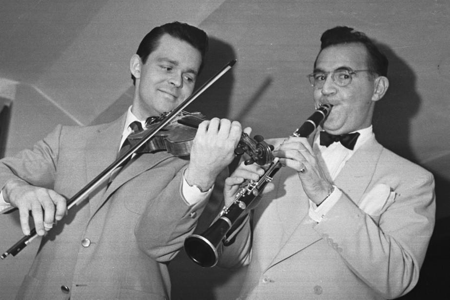 Svend Asmussen et Benny Goodman photographiés lors d'un... (PHOTO ARCHIVES REUTERS)