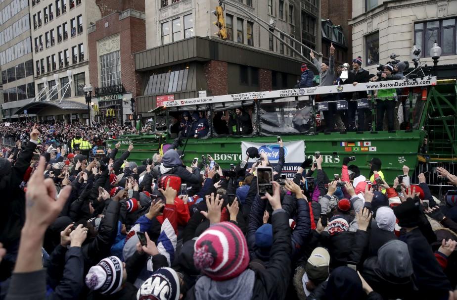 Tradition typique de Boston, les joueurs et autres membres des... | 2017-02-07 00:00:00.000
