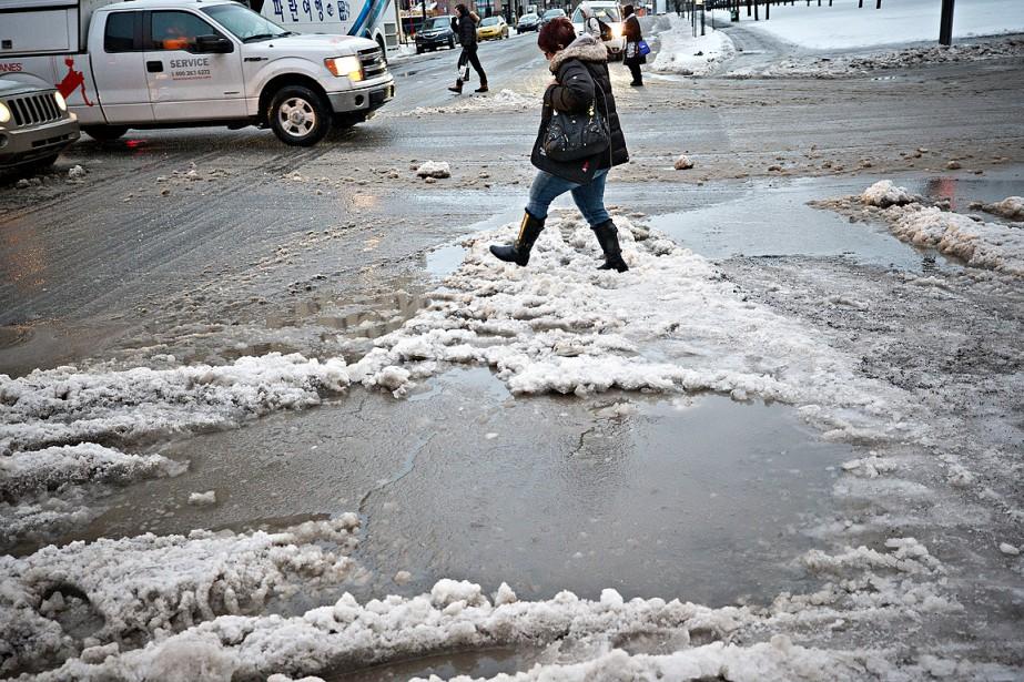 Les piétons ont de grandes mares de gadoue à traverser. Vaut mieux chausser ses bottes de pluie! (Patrick Sanfaçon, La Presse)