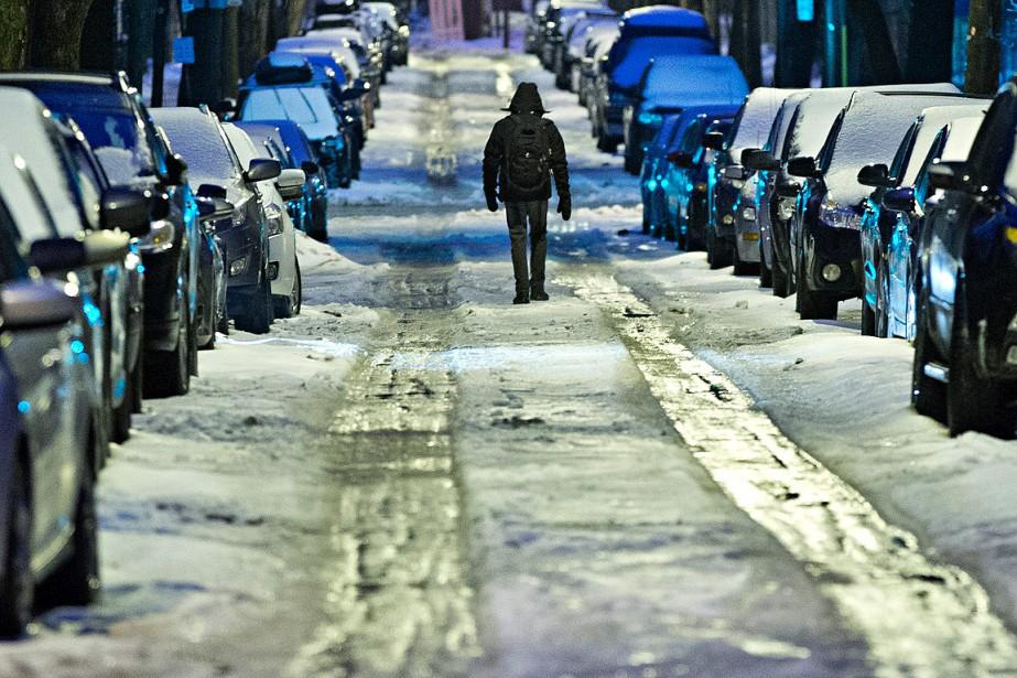 Un piéton a préféré marcher dans la rue que sur les trottoirs, glacés et couverts d'une belle couche de sloche. (Patrick Sanfaçon, La Presse)