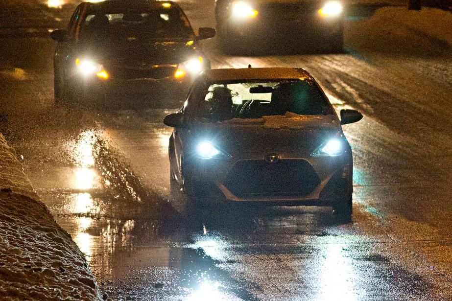 L'importante couche de gadoue augmente les risques d'aquaplanage et le Service de police de la Ville de Montréal invite les automobilistes à la prudence. (La Presse photo  PATRICK SANFACO)