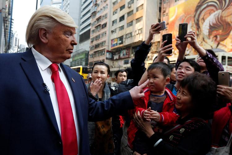 Un imitateur de Donald Trump arpente les rues... (PHOTO REUTERS)