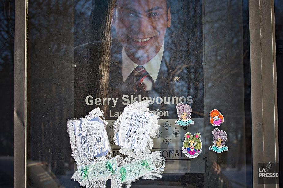 Les affiches ont été collées à la fenêtre,... (La Presse, Patrick Sanfaçon)