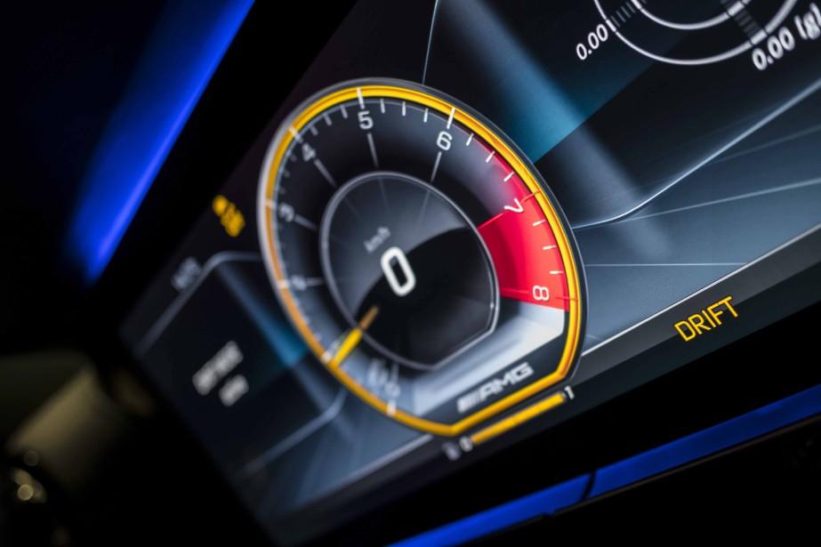 Au volant de cette voiture, il faut se préoccuper de surveiller son allure, car l'on a tôt fait d'atteindre des vitesses prohibées. ()