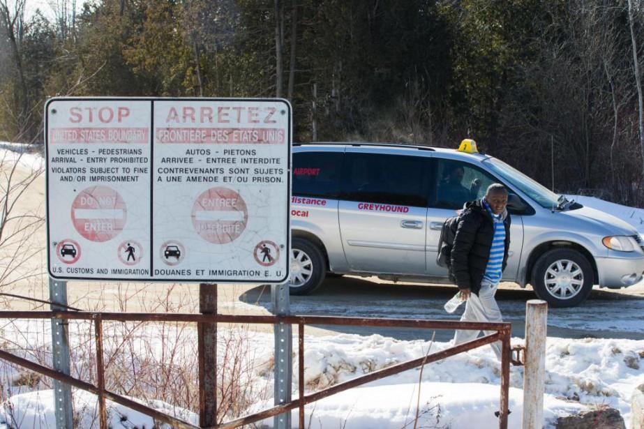 Des migrants sont déposés par des taxis tout... (PHOTO MARTIN TREMBLAY, LA PRESSE)