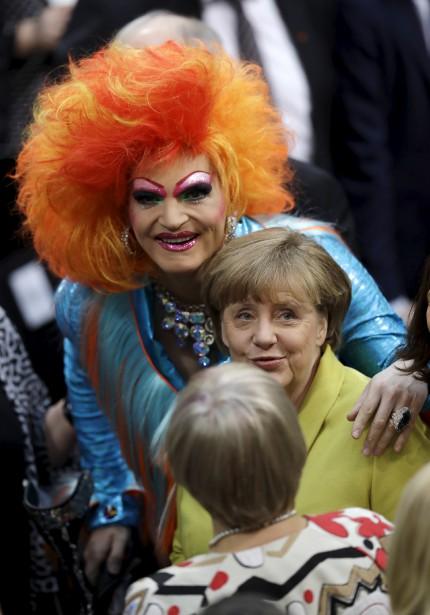 La chancelière Angela Merkel pose avec la  drag queen  Olivia Jones dans la foulée de l'élection présidentielle allemande. | 12 février 2017