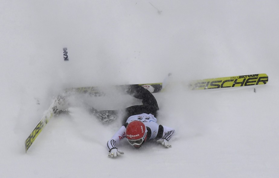 Markus Eisenbichler rate son atterrissage pendant une manche de la Coupe du monde de saut à ski, à Sapporo au Japon. | 12 février 2017
