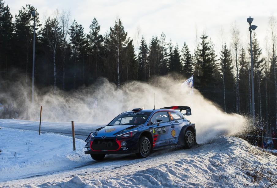 Thierry Neuville et son copilote Nicolas Gilsoul dévalent les routes enneigées de la 13 e  spéciale du Rallye de Suède, | 12 février 2017