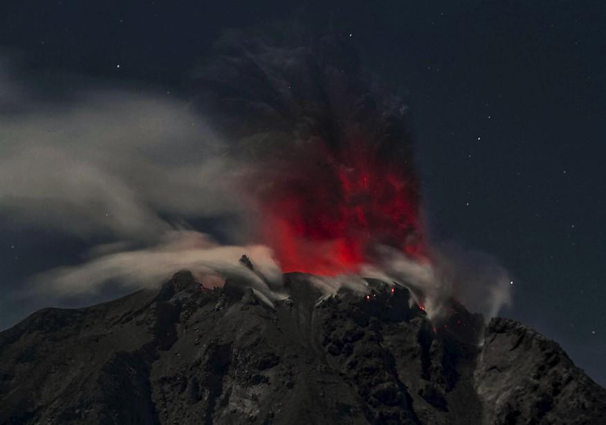 Le Sinabung régurgite un nuage de cendres dans la nuit indonésienne. | 12 février 2017